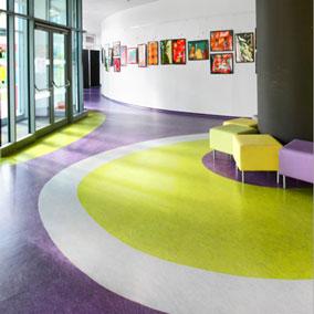 Přírodní linoleum s fialovým barevným vzorem